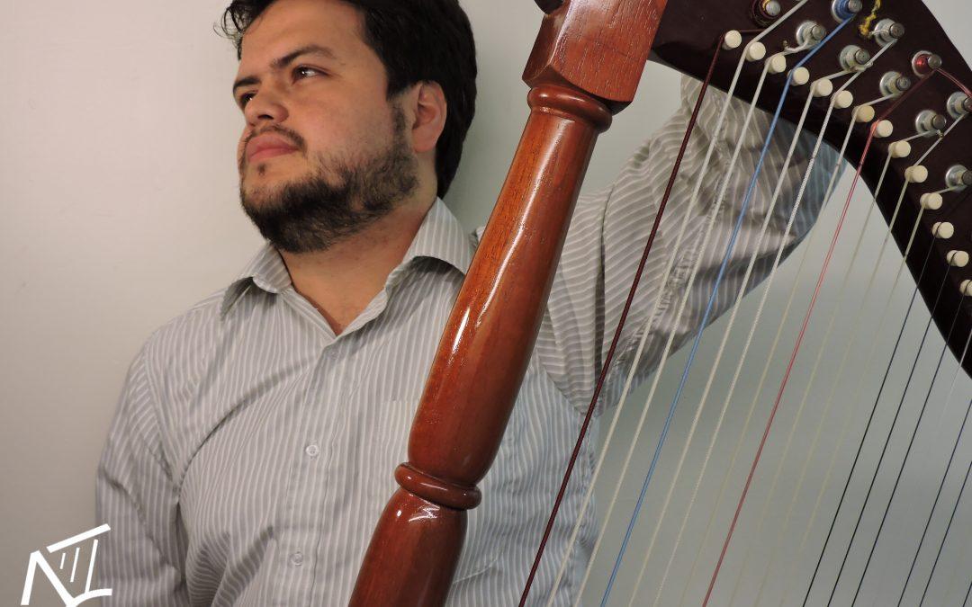 Nicolás Castañeda: el arpista que domina el inglés y el lenguaje universal de la música.